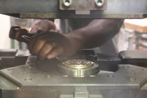 (FMED.Méd.MdP.CuZn6.-1.1) Médaille bronze florentin - IEOM (travail en atelier) (zoom)