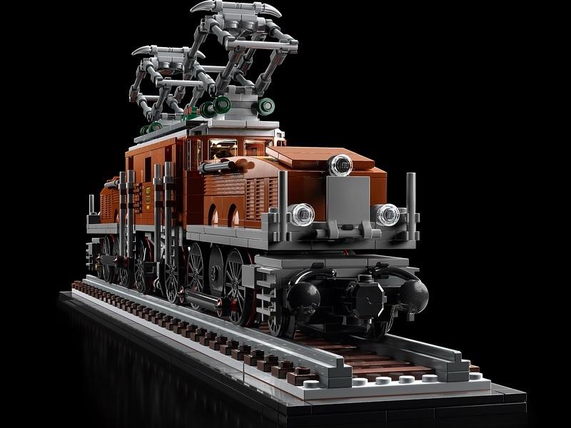 (Lego.Creator.10277) LEGO Creator - The Crocodile locomotive (three-quarter right) (zoom)