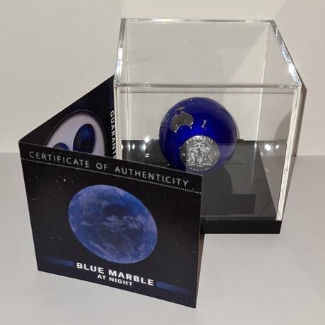(W022.5.D.2021.3.oz.Ag.2) 5 Dollars Barbade 2021 3 oz argent BU - La planète Terre de nuit (socle)